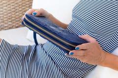 Роскошное портмоне бумажника snakeskin в руках женщины Остров Бали, handmade портмоне, мода Стоковые Фотографии RF