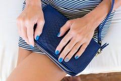 Роскошное портмоне бумажника snakeskin в руках женщины Остров Бали, handmade портмоне, мода Стоковое Изображение