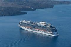 Роскошное туристическое судно около острова Santorini, Греции Стоковая Фотография