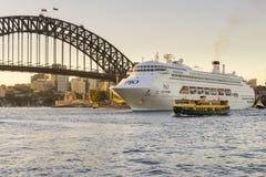 Роскошное туристическое судно около моста гавани Сиднея на заходе солнца Стоковые Изображения