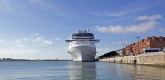 Роскошное туристическое судно состыковало на пристани Langelinie в Копенгагене, Дании : Стоковые Фотографии RF
