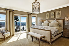Роскошное interor спальни с сценарным взглядом от палубы Стоковое Изображение