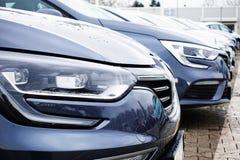 Роскошные автомобили для продаж выровняли в выставочном зале торговца, автомобильной концепции продаж Стоковые Фото