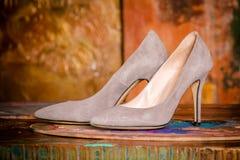 Роскошные бежевые ботинки ` s женщин с высокими тонкими пятками Стоковое Изображение RF
