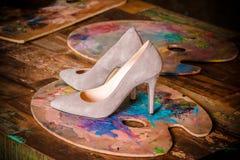 Роскошные бежевые ботинки ` s женщин с высокими тонкими пятками Стоковое фото RF