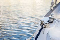 Роскошные ворот и веревочки парусника яхты на шлюпочной палуба стоковое изображение