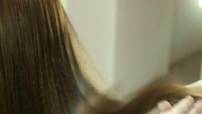 Роскошные волосы в руках парикмахера сток-видео