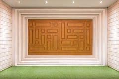 Роскошные деревянные двери панели на пустой комнате Стоковые Изображения
