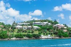 Роскошные дома на холме Бермудских Островов Стоковое фото RF