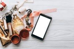 Роскошные дух ювелирных изделий и вахта и состав и умный телефон на w Стоковая Фотография RF