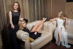 Роскошные девушки в платьях вечера в красивом Стоковые Фото