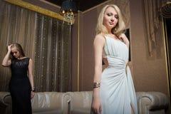 Роскошные девушки в платьях вечера в красивом Стоковое Изображение