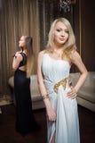 Роскошные девушки в платьях вечера в красивом Стоковые Фотографии RF