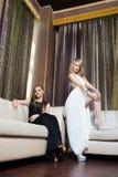 Роскошные девушки в платьях вечера в красивом Стоковые Изображения