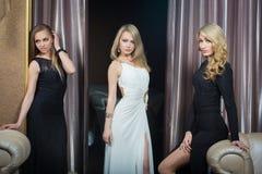 Роскошные девушки в платьях вечера в красивом Стоковое фото RF