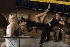 Роскошные девушки в платьях вечера в красивом Стоковое Изображение RF