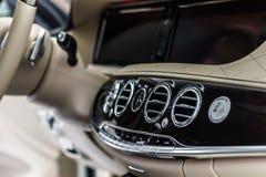 Роскошные детали интерьера автомобиля стоковые фотографии rf