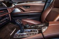 Роскошные детали интерьера автомобиля стоковые изображения
