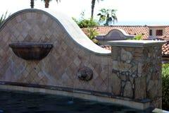 Роскошные испанские языки вводят бассейн в моду с роскошным фонтаном характеристики воды на шикарной вилле с видом на океан в Los Стоковая Фотография
