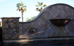 Роскошные испанские языки вводят бассейн в моду с роскошным фонтаном характеристики воды на шикарной вилле с видом на океан в Los Стоковое фото RF