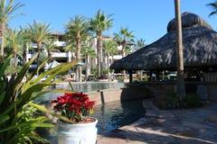 Роскошные испанские языки вводят джакузи в моду бассейна горячее с роскошным фонтаном характеристики воды на шикарной вилле с вид Стоковое Фото