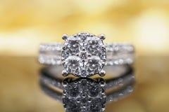 Роскошные кольца с бриллиантом ювелирных изделий золота с отражением на черноте Стоковое Изображение