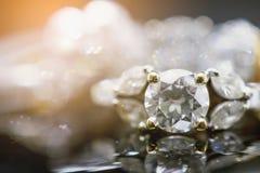 Роскошные кольца с бриллиантом ювелирных изделий с отражением на черноте Стоковые Фотографии RF