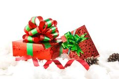 Роскошные красные подарочные коробки с зеленым смычком Стоковые Фотографии RF