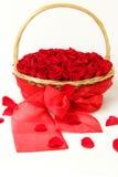 Роскошные красные розы в корзине Стоковые Фотографии RF