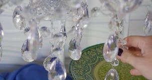 Роскошные кристаллы классической люстры Закройте вверх по красивым кристаллам роскошной люстры Оно как группа в составе акции видеоматериалы