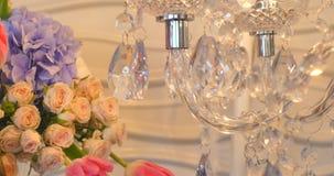 Роскошные кристаллы классической люстры Закройте вверх по красивым кристаллам роскошной люстры с цветками сток-видео