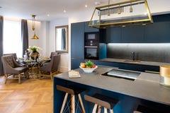 Роскошные кухня и обеденный стол Стоковая Фотография