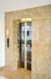 Роскошные лифты от внешней стороны стоковые фотографии rf