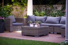 Роскошные мебели сада ротанга стоковые изображения rf