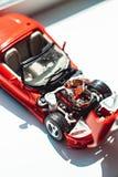 Роскошные обручальные кольца на двигателе автомобиля игрушки Стоковое фото RF