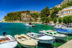 Роскошные дома и рыбацкие лодки в гавани, Brela, Далмации, Хорватии стоковое фото rf