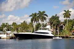 Роскошные дом и яхта в Флориде стоковая фотография