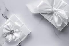 Роскошные подарки свадьбы со смычком шелка и ленты на мраморной предпосылке стоковое изображение rf