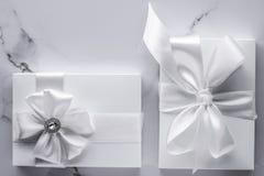 Роскошные подарки свадьбы со смычком шелка и ленты на мраморной предпосылке стоковая фотография rf