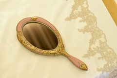 Роскошные постельные принадлежности и зеркало стоковое изображение