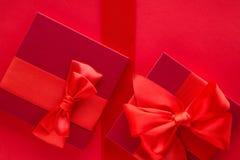 Роскошные праздничные подарки на красном цвете стоковое фото