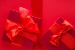 Роскошные праздничные подарки на красном цвете стоковые фотографии rf