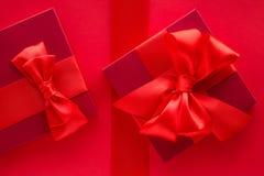 Роскошные праздничные подарки на красном цвете стоковое изображение