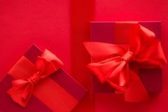 Роскошные праздничные подарки на красном цвете стоковые изображения rf