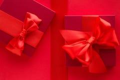 Роскошные праздничные подарки на красном цвете стоковые фото