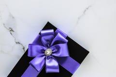 Роскошные праздничные подарки с лентой и смычком шелка лаванды на мраморной предпосылке стоковое изображение rf