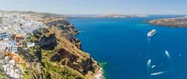 Роскошные туристические судна, кальдера и вулкан около Fira, столица греческого острова в Эгейском море, Santorini, Греция панора Стоковая Фотография