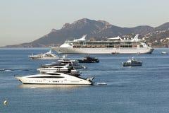 Роскошные шлюпки и туристическое судно в Канн, Франции Стоковые Изображения RF