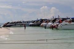Роскошные шлюпки скорости причалили на тропическом пляже стоковая фотография
