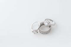 Роскошные ювелирные изделия Кольца белого золота или серебра с диамантами Селективный фокус Стоковое Изображение